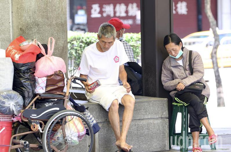 中央防疫指揮中心今天宣布延長三級警戒至6月14日。疫情重災區的台北市萬華街頭,仍不時看到民眾輕忽,不遵守規定隨時戴上口罩,成為防疫隱憂。記者林俊良/攝影