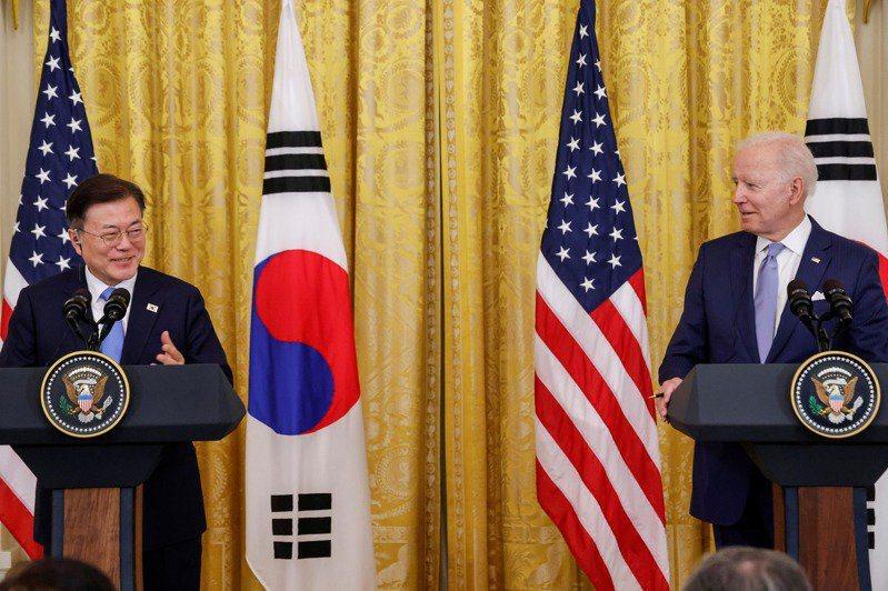 南韓總統文在寅(左)與美國總統拜登(右)日前會面後舉行聯合記者會。路透