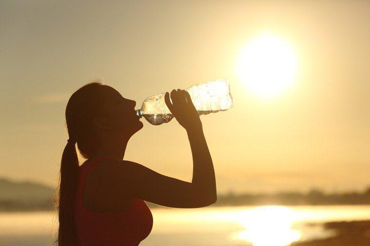夏日炎熱,一定要注意水分攝取量。圖/ingimage