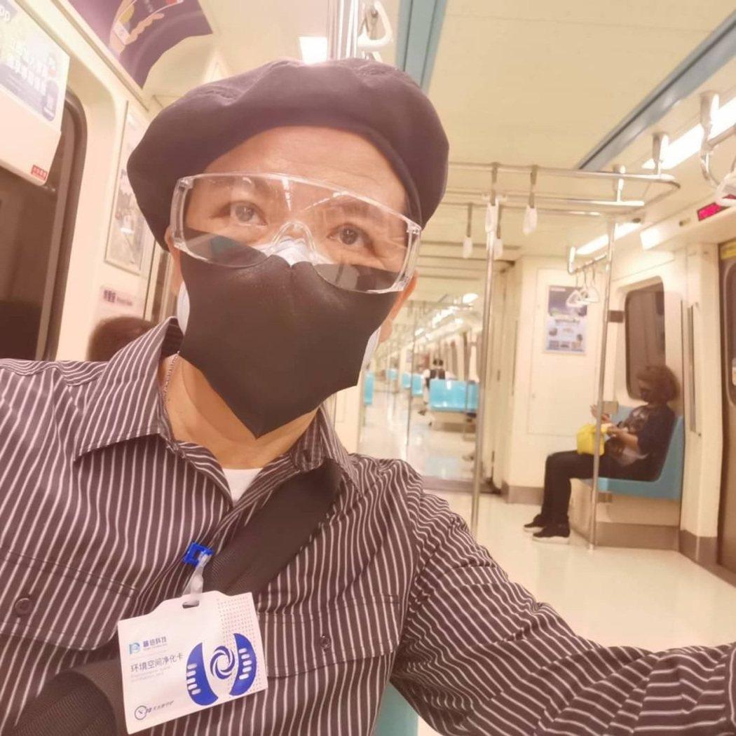 陳凱倫帶著兒子的護目鏡坐捷運。圖/陳凱倫提供