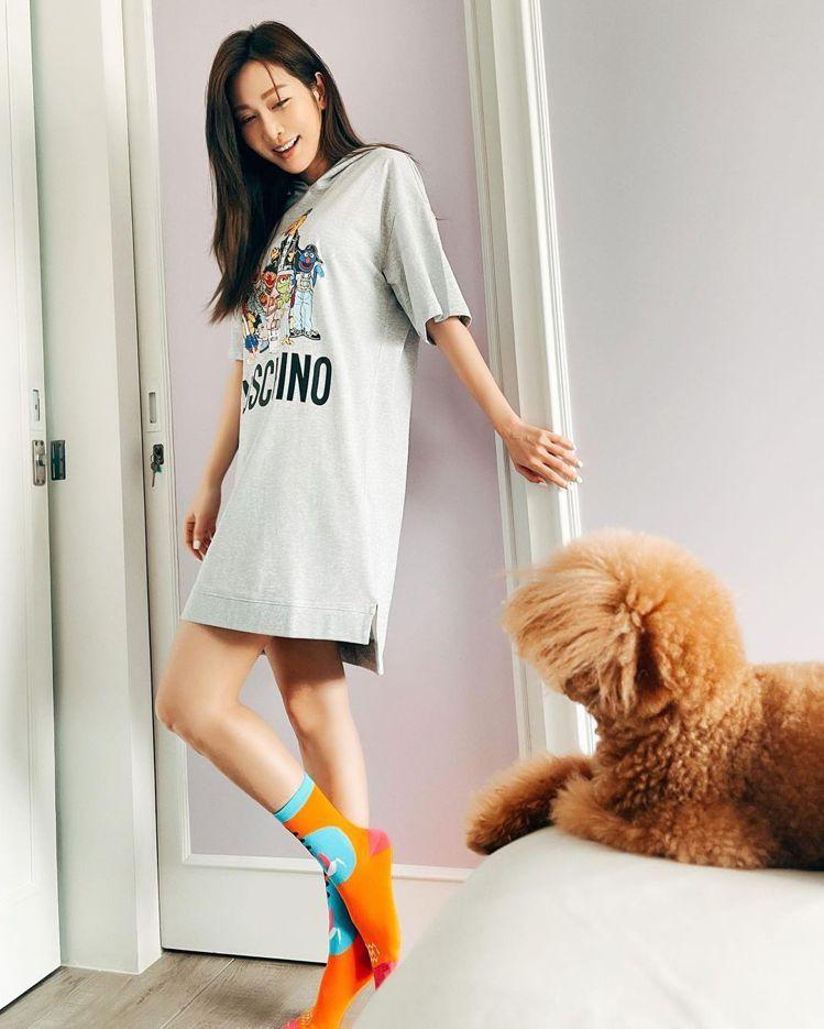 曾莞婷穿Moschino x 芝麻街系列服裝。圖/Moschino提供