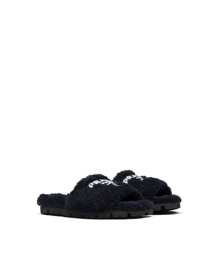 黑色毛圈紗拖鞋,27,500元。圖/Prada提供