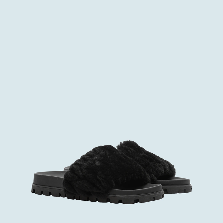 Matelasse羊絨皮拖鞋,28,500元。圖/Miu Miu提供