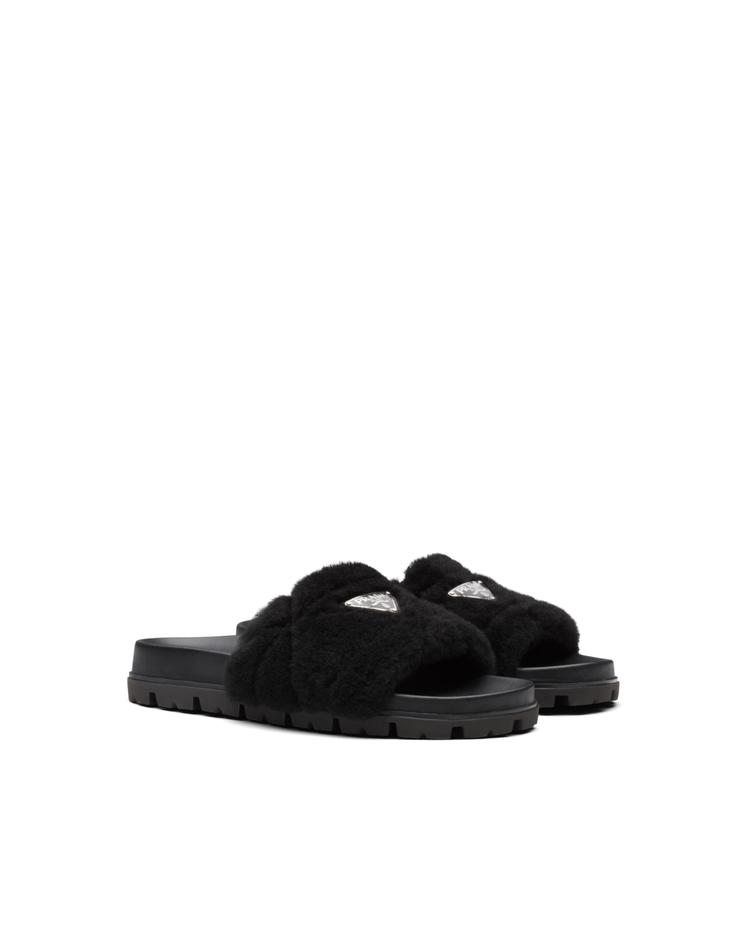 黑色縫線裝飾羊絨皮拖鞋,30,000元。圖/Prada提供