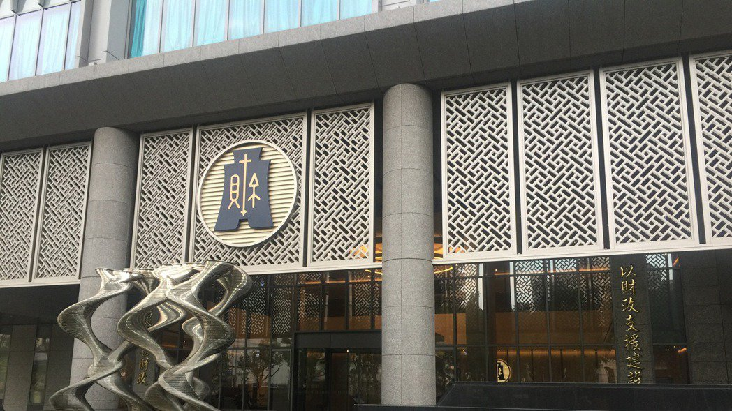 國稅局查吳先生的金流,發現入帳的貨款一年上億元,原來,吳先生不只是零售,還做批發...