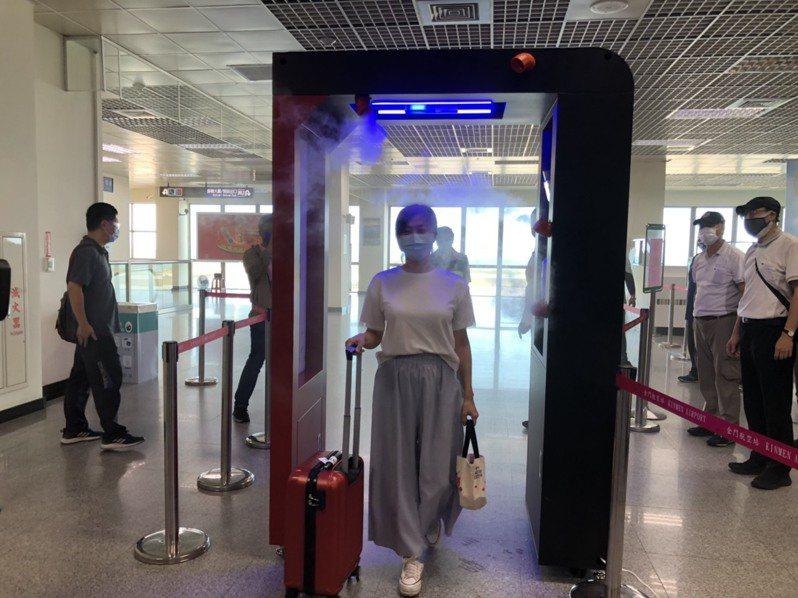 金門尚義機場今天下午已經完成清消門的設置,可為入境旅客提供測溫、消毒等功能。記者蔡家蓁/攝影