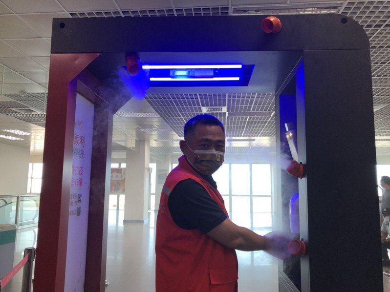 金門尚義機場今天設置清消門,金門縣長楊鎮浯率先使用體驗。記者蔡家蓁/攝影