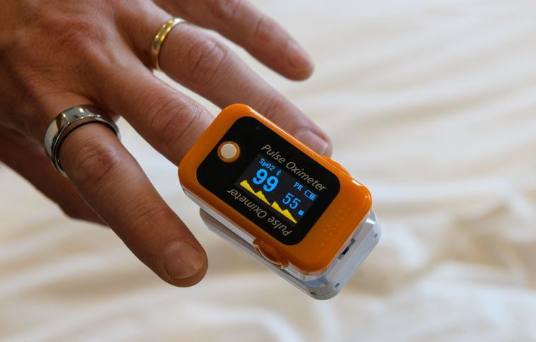 只要套在手指上就能測出血氧濃度的血氧測量器可隨時監測血氧濃度。法新社