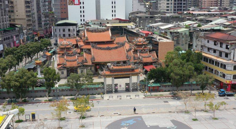 萬華的信仰中心龍山寺,「封廟」隔離了信眾與神明的距離,似乎沒有影響到信眾合十祈福的雙手與虔誠的心。記者黃義書/攝影