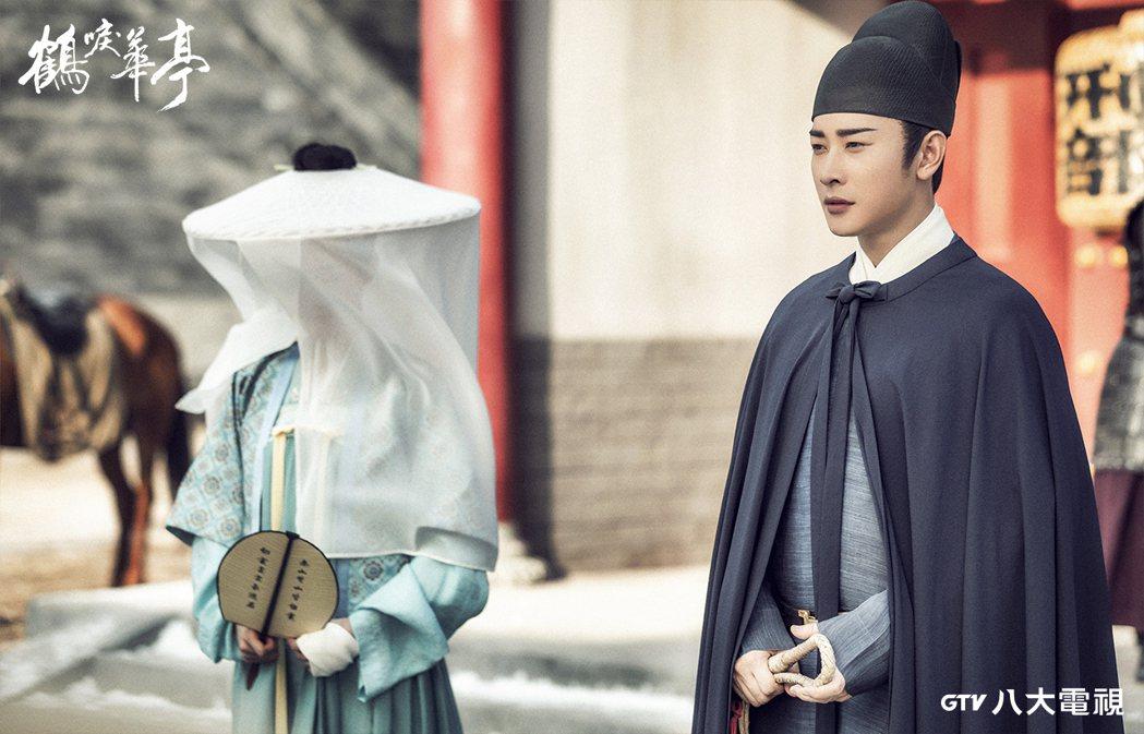 李一桐(左)在「鶴唳華亭」劇中以紗遮臉,聽到羅晉霸氣守護。圖/八大電視提供