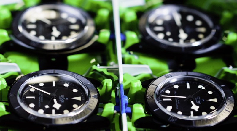 TUDOR的Black Bay Ceramic腕表獲獲METAS認證,符合走時精準度的檢視。圖 / TUDOR提供。
