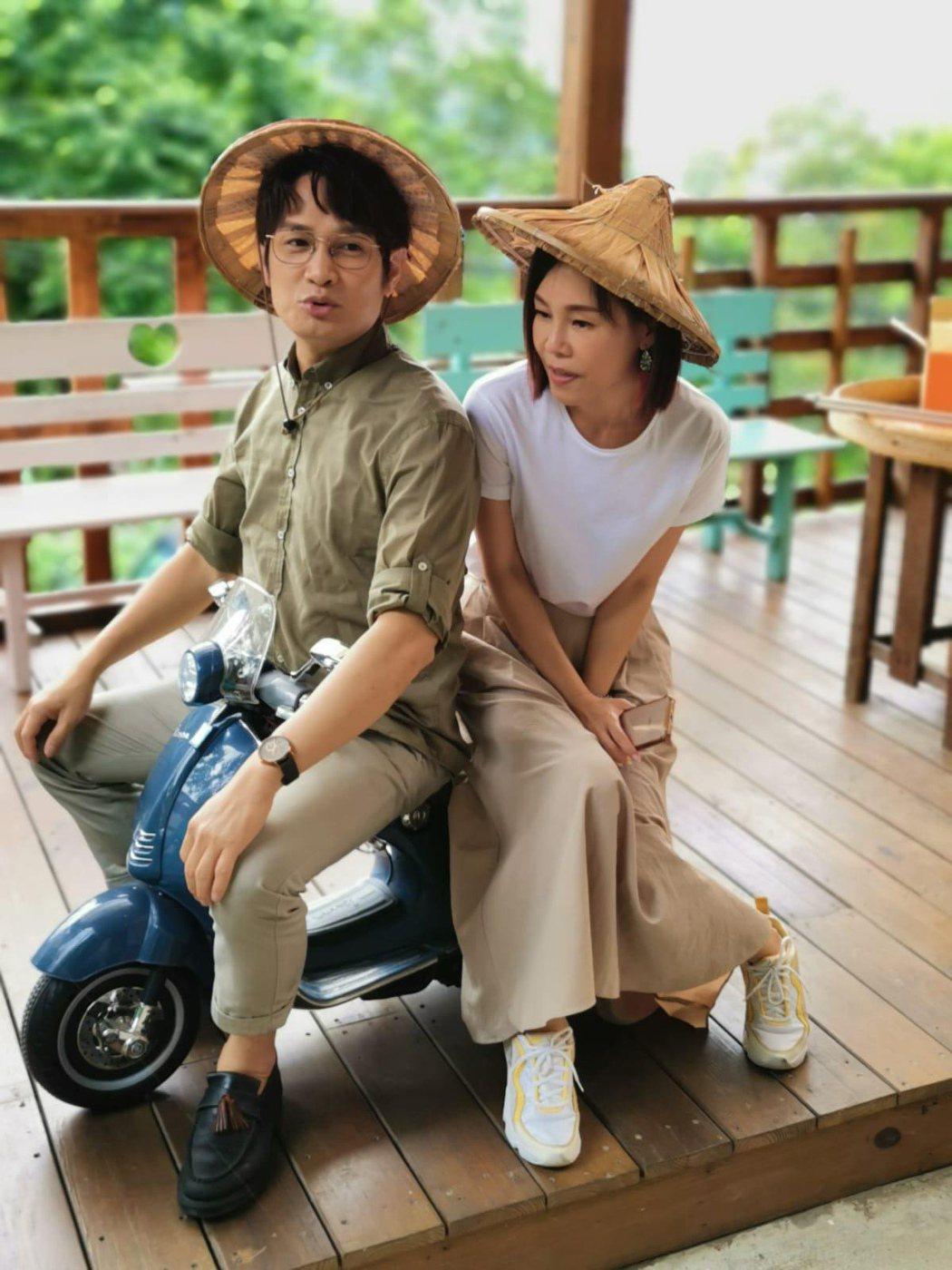 羅文裕(左)與彭佳慧戴起斗笠,巧扮客男客女。圖/大賞門文化提供