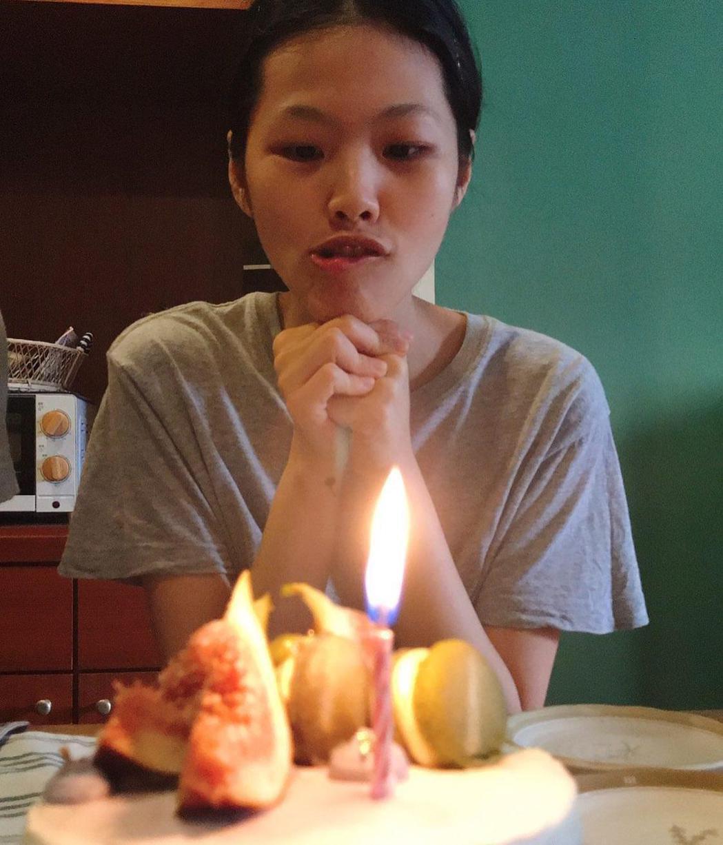 柯泯薰昨迎來33歲生日,直播自製生日蛋糕線上與粉絲同樂。圖/洗耳恭聽提供