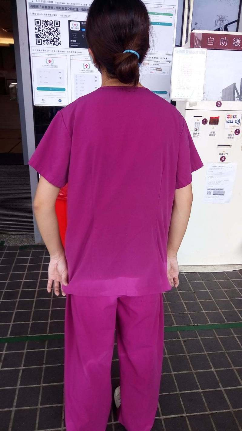 在疫情爆發期間,護理人員忙到滿身汗是平常事。圖/輔大醫院提供