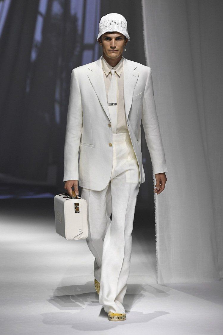 周興哲演繹的FENDI白色西裝來自2021春夏系列。圖/FENDI提供