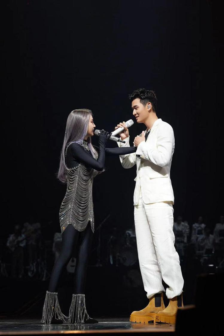 周興哲在蔡依林演唱會穿FENDI白色西裝外套79,000元、西褲24,500元、...