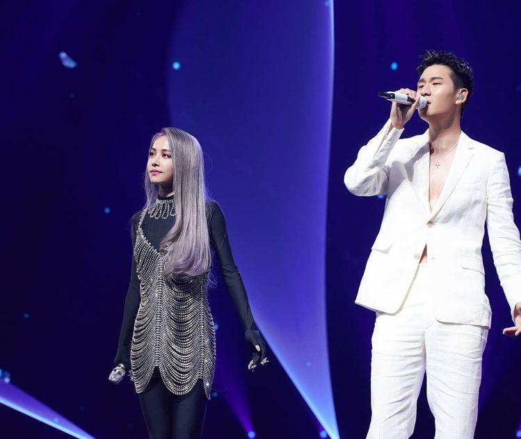 周興哲在蔡依林演唱會穿FENDI白色西裝外套79,000元、西褲24,500元 ...