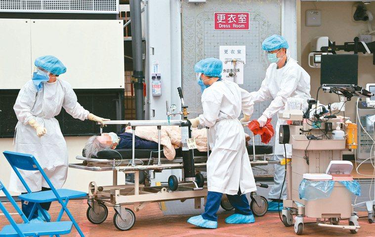台大醫院快篩站醫護人員工作時全副武裝,不敢輕忽。記者余承翰/攝影