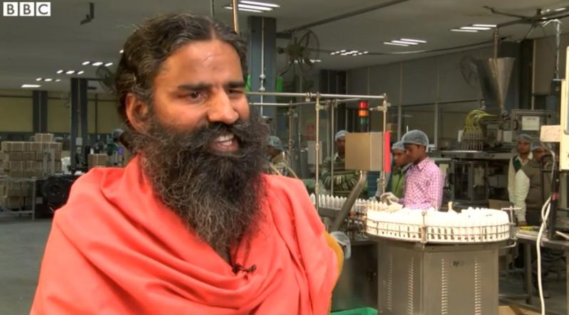 擁有超過8500萬信眾的印度瑜珈大師蘭德福在工廠前受訪。圖/取自bbc