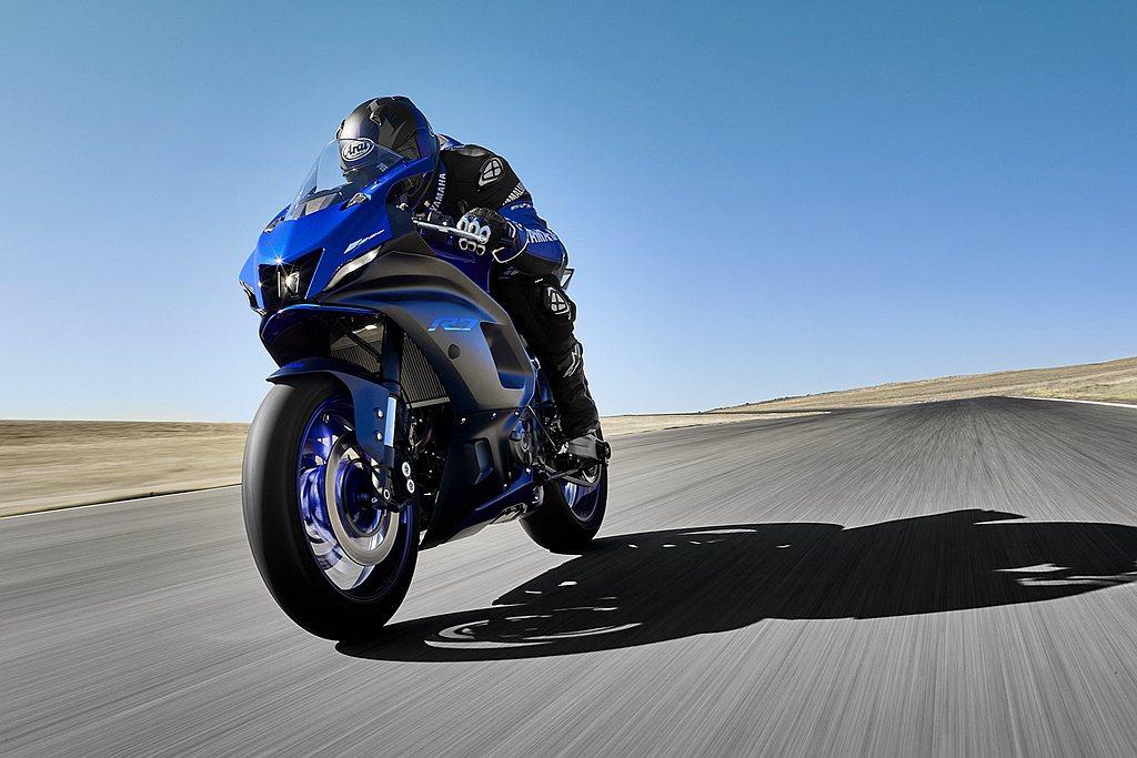 Yamaha YZF-R7以流線外型、競技感騎姿與進階操控配備,提供消費者於賽道...