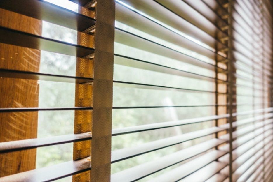 金屬片百葉窗簾除了難清潔外,當金屬絞輪生鏽故障,也就宣告陣亡。不如換真正的木質百...