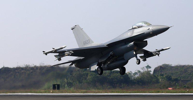 花蓮空軍基地25日凌晨,有4架F-16V飛往美國接替訓練任務。圖為國軍109年春節加強戰備,F-16V進行訓練。圖/聯合報系資料照片