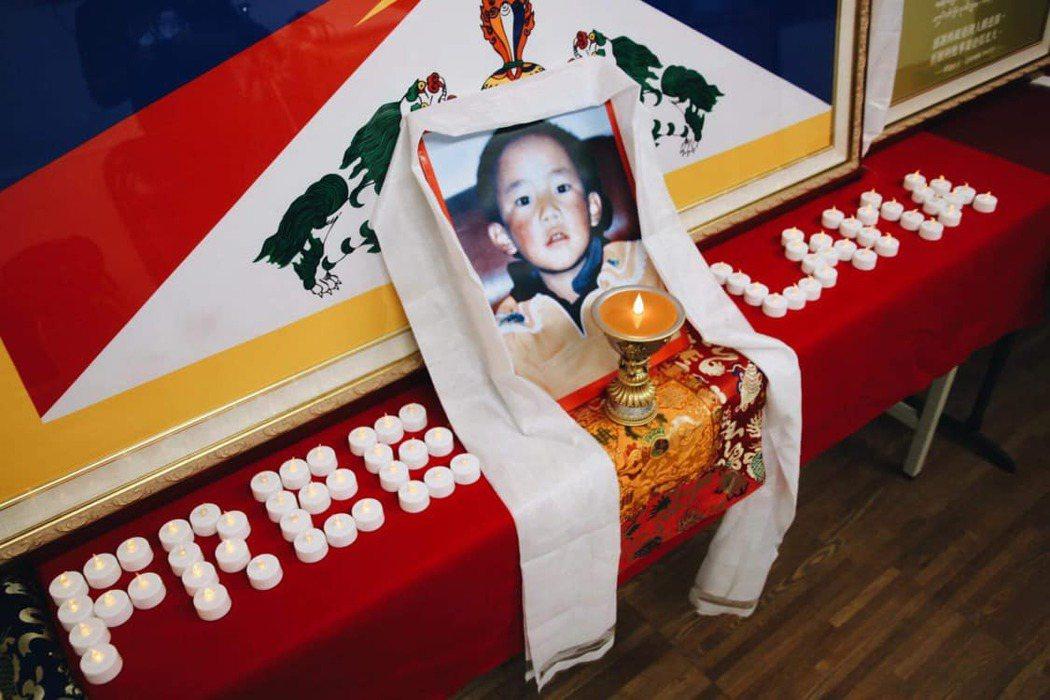 圖/札西慈仁:就算班禪喇嘛順利長大成人,做為一個藏人,他是否能夠學習自己屬於的文...