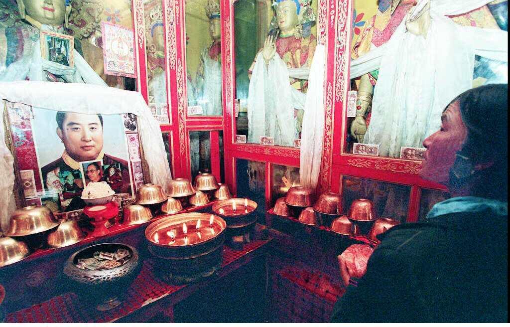 圖/法新社:「大家對班禪喇嘛的突然離去都感到疑惑重重...」圖為1997年西藏拉...