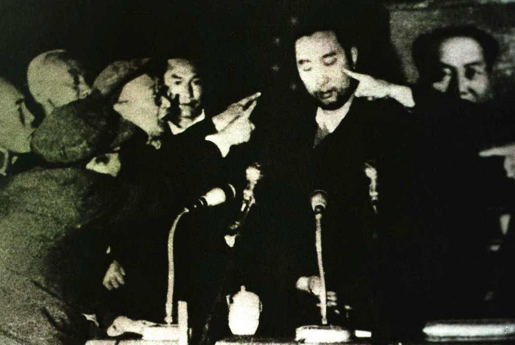 圖/美聯社:1962年5月,十世班禪(中,被批鬥者)提出了俗稱《七萬言書》的報告...