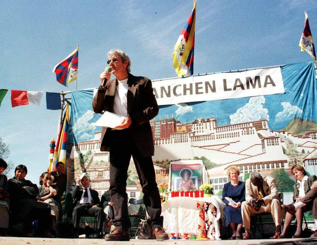 圖/路透社:1999年5月17年日內瓦的藏人聲援行動,好萊塢影星李察吉爾(中)即...