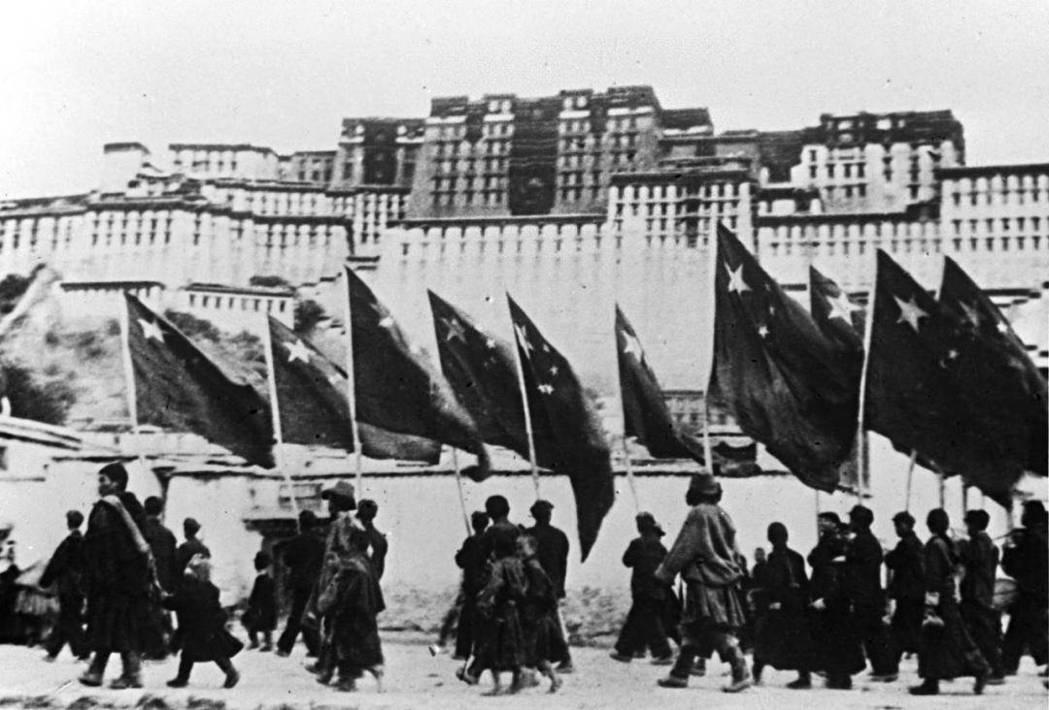 圖/新華社:1951解放軍入藏,中共稱此為「西藏和平解放」,但一開始承諾不變的西...