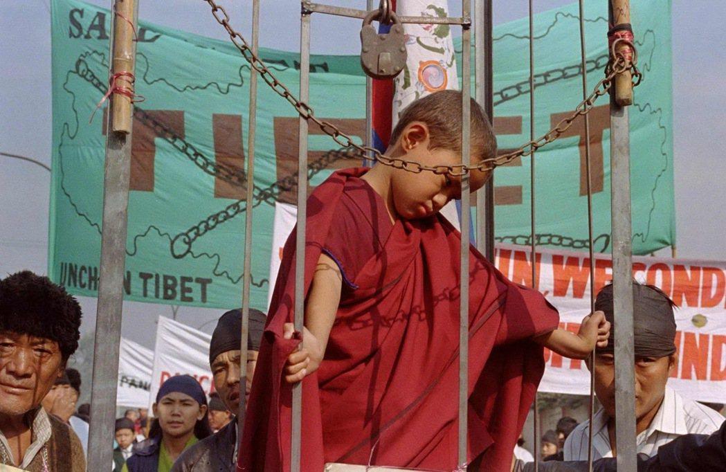 圖/路透社:班禪喇嘛遭受強迫失蹤一事,除了因為他在受綁架時年僅6歲,他受到的待遇...