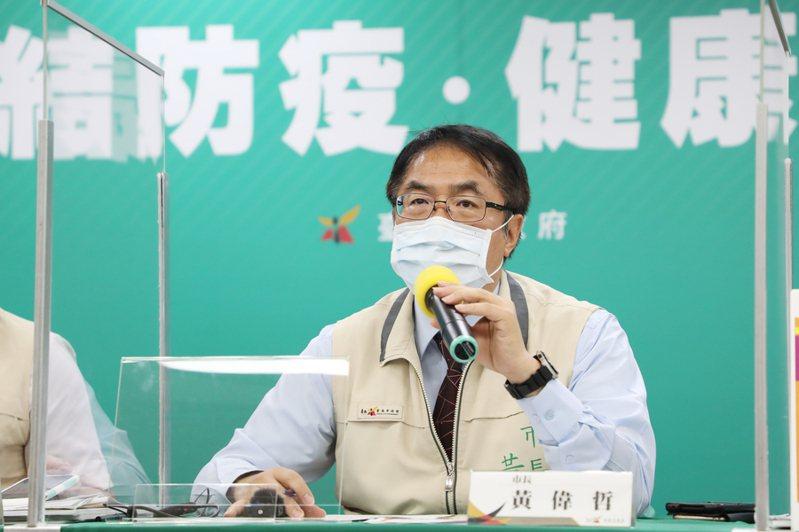 台南市長黃偉哲26日表示,為確保醫療量能、避免院內感染,入院前必須先篩檢,並宣布已增設14站衛生所篩檢站。(台南市政府)