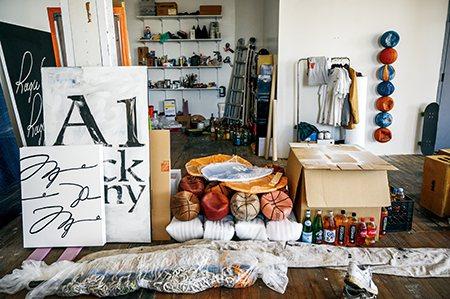 圖說:溫斯頓的創作材料全是被人所遺棄的東西,工作室堆滿了廢棄籃網及癟掉的籃球(照片/紐約時報提供)