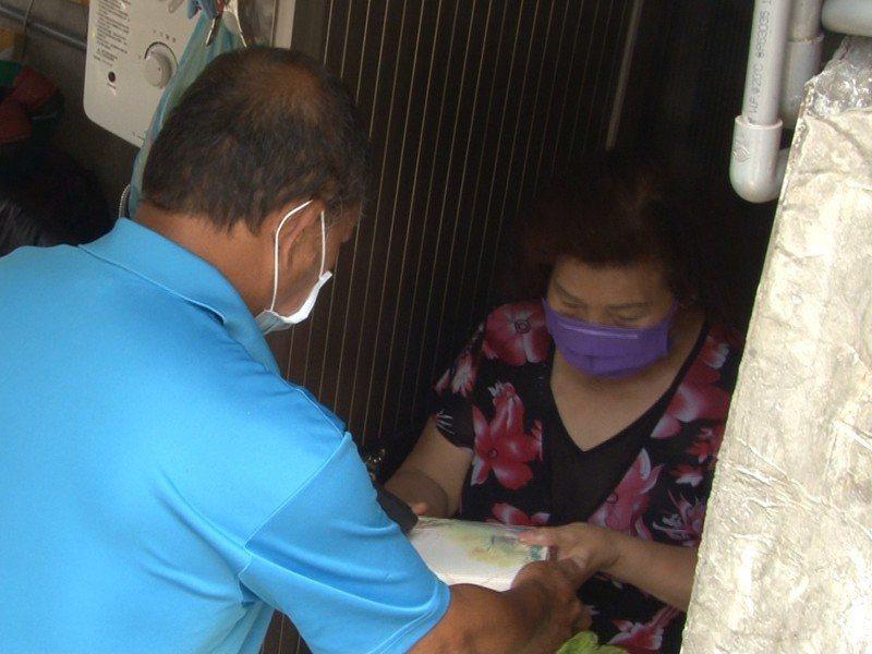平溪區菁桐社區透過親自送便當,讓長者安心在家防疫,並了解身體狀況及需求。 圖/觀天下有線電視提供