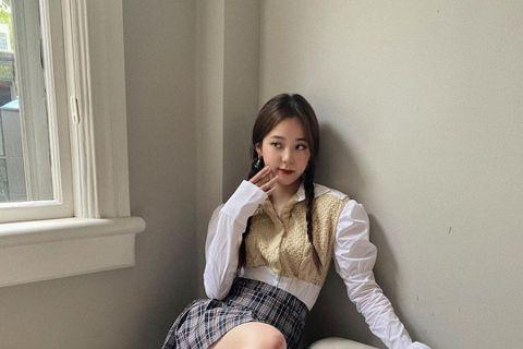 20歲的歐陽娜娜專心在大陸發展,去年底更甩開家人獨立在上海租了公寓,花了時間裝潢成自己喜歡的樣子。而常分享穿搭的她近日挑戰學院風造型,但因裙子過短,絲毫沒注意到安全褲跑出來,吸引17萬人按讚,加上先...