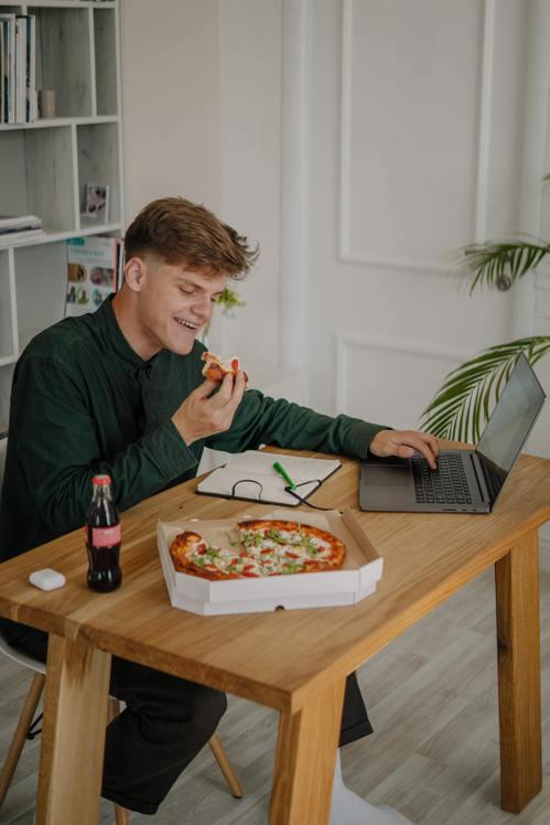 在家工作時,不要邊吃飯邊工作。圖/摘自Pelexs
