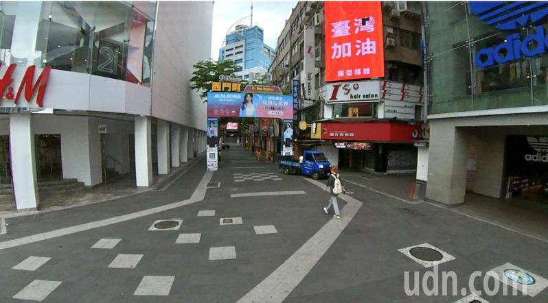 西門町少人潮,多了一處亮起缺了一角的「台灣加油」的紅色霓虹燈,為所有為疫情努力的醫護及全國民眾加油打氣。記者黃義書/攝影
