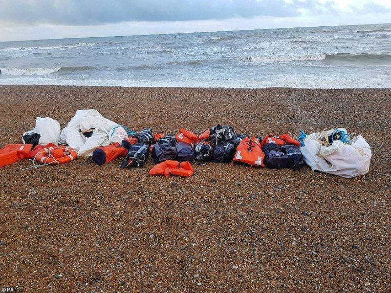 英國薩塞克斯24日突然冒出兩堆被沖上岸的托運包裹,經查發現竟是將近一噸的古柯鹼,市價高達約8000萬英鎊(折合約31.5億台幣)。有小報指出,這是英國史上最大的毒品繳獲事件之一。畫面翻攝:MAILONLINE