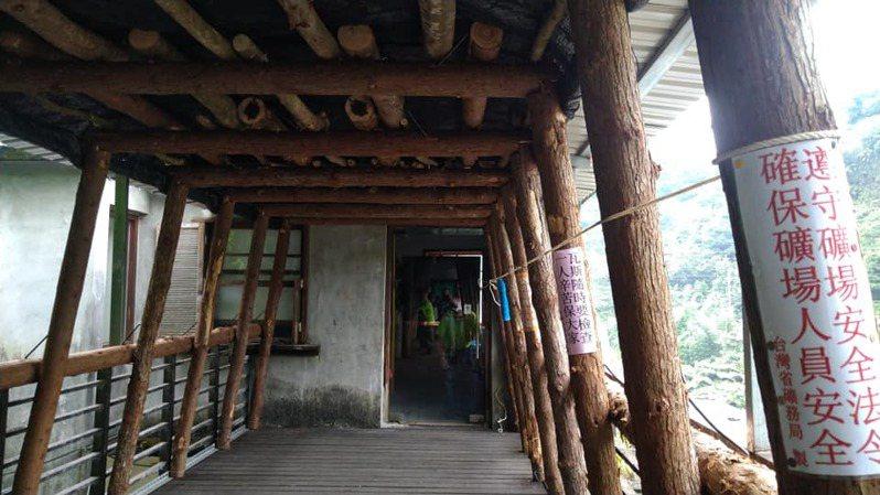 新北市瑞芳區猴硐礦工文史館的老礦工們,在館區的天橋廊道搭建支撐架,打造「空中坑道」。圖/取自周朝南臉書