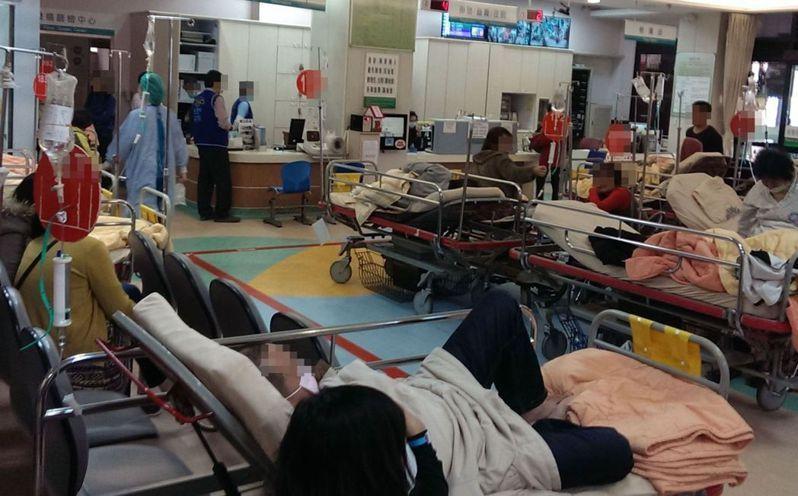 確診病患暴增,北市聯醫工會指急診爆、病床滿、病患躺走廊,「醫療崩壞在即」。圖為過去中部醫院急診室改善前壅塞照片。報系資料照
