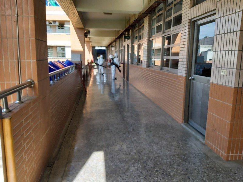彰化疫情升溫,縣府與在地公所清潔隊加強校園消毒。圖/彰化縣政府提供