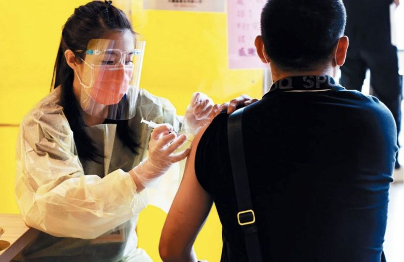 疫情升溫,第一波疫苗施打作業已近尾聲,各縣市期待第二波疫苗到貨。圖/本報資料照