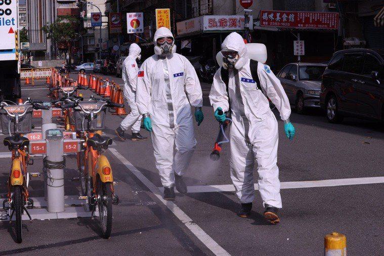美時代雜誌報導,台灣本為新冠肺炎防疫模範生,但因民眾沉溺於虛假安全感,加上萬華茶室爆發疫情,破壞了台灣自豪的疫情防線。 聯合報系資料照