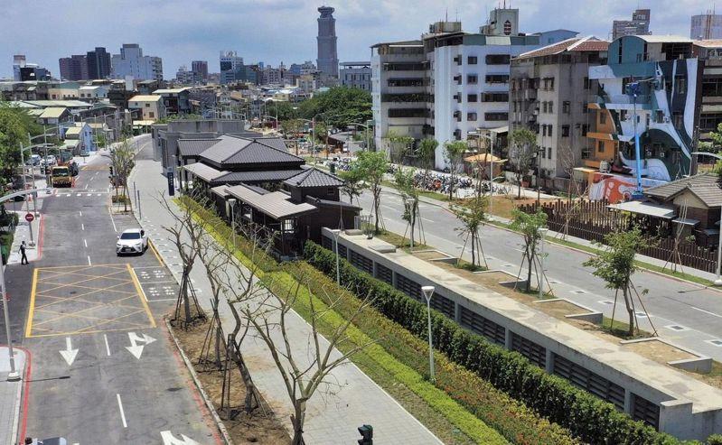 高雄鐵路地下化綠園道工程持續推進,中華三路至哈爾濱街路段,5月20日已開放通行。圖/高雄市工務局提供
