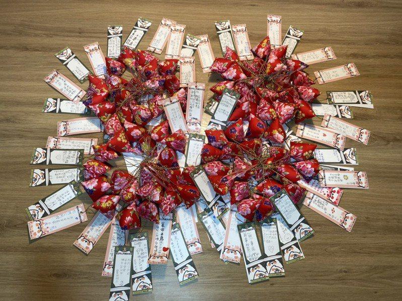 華山基金會新竹區義工們希望藉由象徵辟邪的香包,祝長輩平安健康。圖/華山基金會新竹區提供