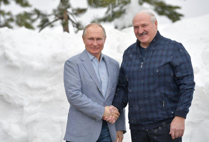 俄國總統普亭與白俄羅斯總統盧卡申科,攝於2月。白俄羅斯23日強迫一架瑞安航空班機轉降首都明斯克,隨後押走搭乘該班機的反對派人士後,過去力挺明斯克的莫斯科卻顯得「反應冷淡」。路透