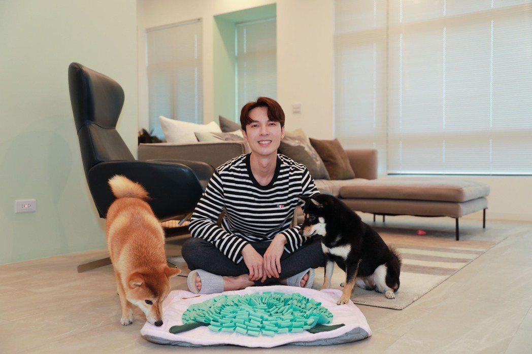 陳勢安(中)運用「嗅聞墊」,讓愛犬在家中遊戲、運動。圖/有勢有錢娛樂提供