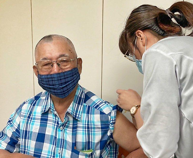 南投縣衛生局表示,第一批AZ疫苗4800劑早就打完了,1瓶打12劑,創造接種人數5083人。記者黑中亮/攝影