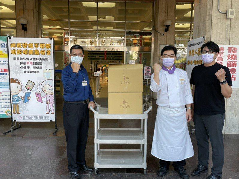 台中清新溫泉飯店從5月25日至6月8日,準備1500個暖心餐盒,致贈給台中榮民總醫院,為醫護人員加油打氣。圖/業者提供